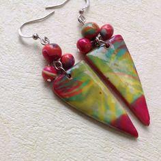 Réservées annie. boucles d'oreille artisanales, multicolores, rouges, vertes, jaunes, forme triangle