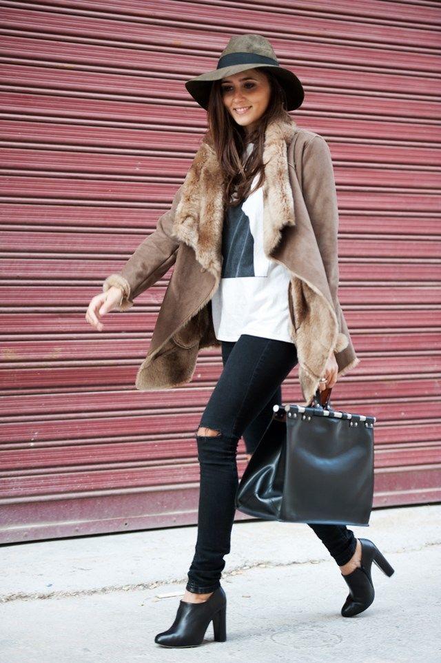 Los mejores looks de noviembre 2014  Coohuco con abrigo color tabaco, vaqueros rotos y sombrero caqui