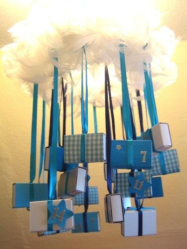 Adventskalender Geschenkpackungen an Äste im Essraum hängen, Zettel mit Namen rein