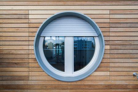 okno v dřevěném obkladu