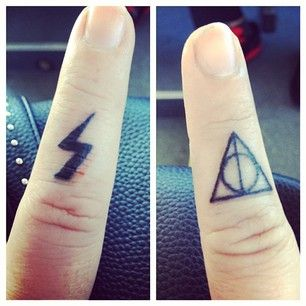 O algo chiquito, pero bonito. | 21 Tatuajes que te darían entrada directa a Hogwarts