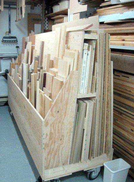 Rangement des panneaux dans l'atelier de menuiserie