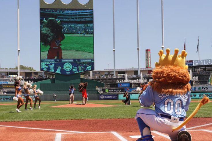 El trueno de la mascota de la visitó a los miembros de la Realeza para mostrar que es secretamente bueno en el béisbol