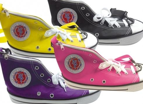 BORSA SCARPA IN 4 COLORI. Borsa a tracolla e chiusura a zip Free Time, in tessuto a forma di scarpa in quattro varianti di colore.