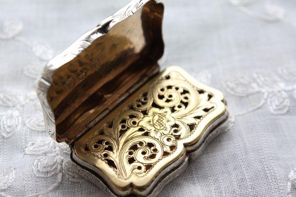 antique@nottin.ocnk.net ノッティン アンティークス 極希少 1842年 英国バーミンガム アンティーク ヴィクトリアン シルバー 純銀製ヴィネグレット 大変珍しい金彩透かしカバー縦開閉式