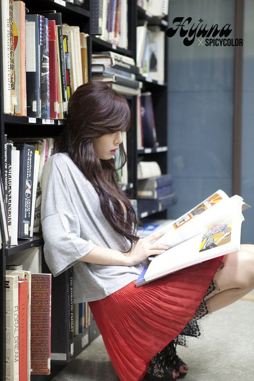 Hyuna. Reading in style.