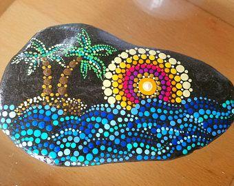 Roca pintada grande ~ océano azul olas ~ playa piedra ~ Tropical punto arte Palm Tree Island ~ Mandala Ombre Sunset anillos costero decoración hogar ~