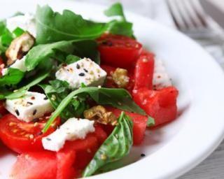 Salade brûle-graisse en duo de tomates et pastèque à la feta Croq'Kilos : http://www.fourchette-et-bikini.fr/recettes/recettes-minceur/salade-brule-graisse-en-duo-de-tomates-et-pasteque-la-feta-croqkilos.html