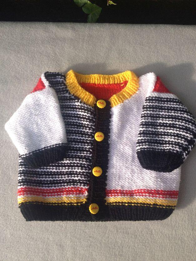 Dieses hübsche Baby-Strickjäckchen in Größe 62/68 habe ich in einem weichen Garn aus Polyacryl (Babywolle) in liebevoller Handarbeit gestrickt. Geschlossen wird die Jacke mit vier ausgefallenen...