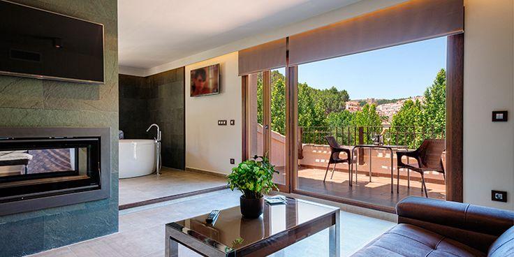 Casa rural con chimenea y jacuzzi en la habitación en Alcalá del Júcar