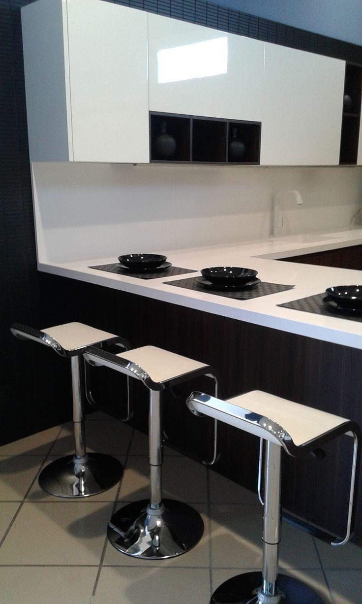 Detalle, propuesta cocina Doca, zona encimera junto a muebles despensa.