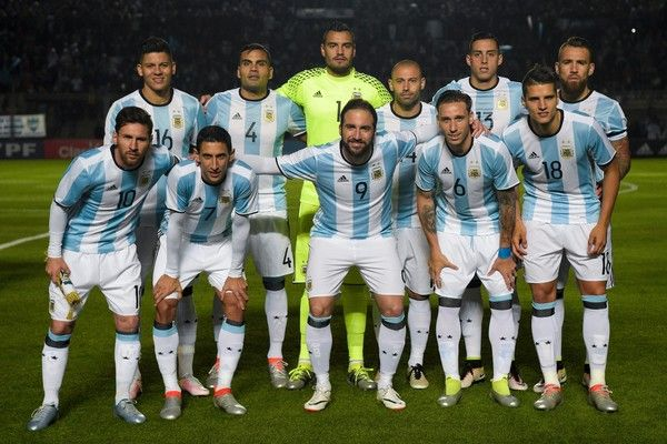 Argentina's football team pose before a friendly match against Honduras at Bicentenario stadium in San Juan, some 1110 Km west of Buenos Aires on May 27, 2016. / AFP / EITAN ABRAMOVICH