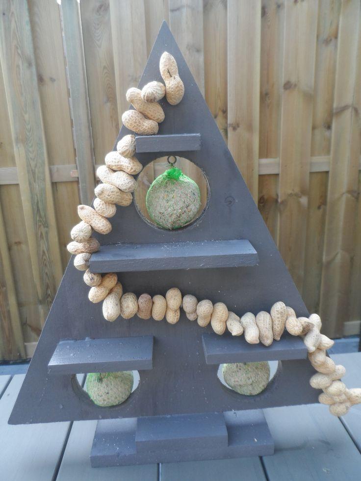 een boom van de action. hier met een gatenboor 3 gaten er in gemaakt. hier vetbollen in gehangen en een slinger van pinda's. vogeltjes, eet smakelijk