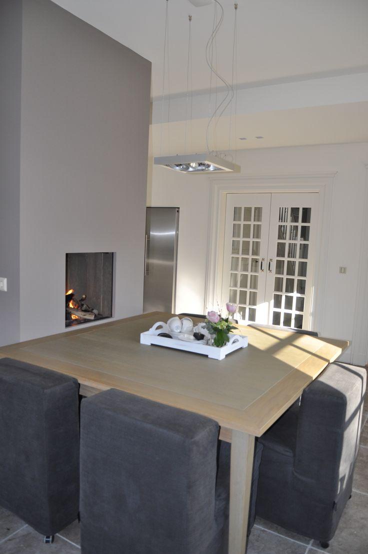 Open gashaard interieur, aan de binnenzijde voorzien van steiger planken met verzonken gasblokkenvuur. Het gasblokkenvuur is voorzien van een luxe keramische takkenset. | Jos Harm