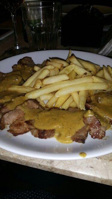 Alcatra ao molho de mostarda com batatas fritas. Babilonia. Shopping Mueller. Curitiba-PR.