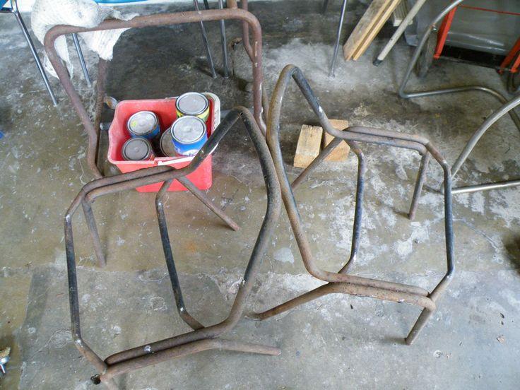 vecchie sedie di ferro arrugginite