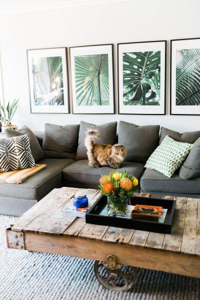 Salon avec des cadres avec des feuilles de palmiers