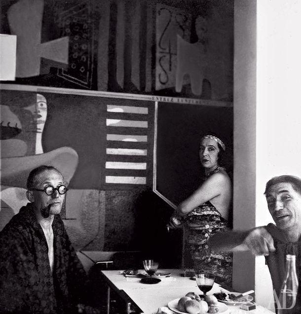 1939 год: Ле Корбюзье  и его жена Ивонна в гостях навилле Эйлин Грей Е.1027 вРокбрюн-Кап-Мартен.  Справа— муж Грей, Жан  Бадовичи. Свой Кабанон  Корбюзье построил пососедству через тринадцать лет.