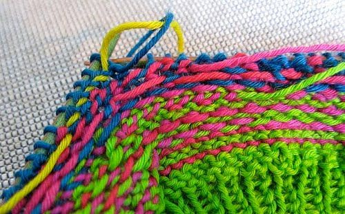 Det overrasker meg stadig at folk åkker seg over alle garnendene som skal syes inn når et strikketøy er ferdig. Og kanskje det hindrer noen ...