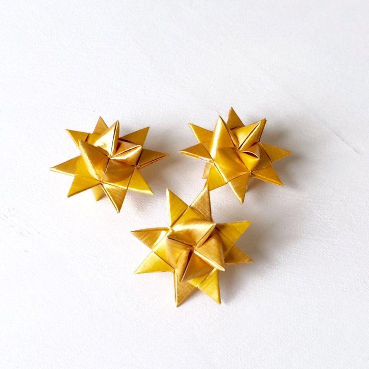 Deze kleine drie dimensionale sterren zijn gemaakt van hand geschilderde en gevouwen papier. Ik heb bijgewerkt de look van deze zeer traditionele Deense kerst ornament. De sterren zijn gouden metallic lak geschilderd. Een lijst met zijn voor drie kleine sterren. De drie sterren zijn verpakt in cellofaan en cadeauzakje.  Ideeën voor het gebruik van de sterren: Aantal sterren ziet er mooi uit op een doek van de tabel in het midden van de tafel geplaatst. Geplaatst een ster op de instelling van…