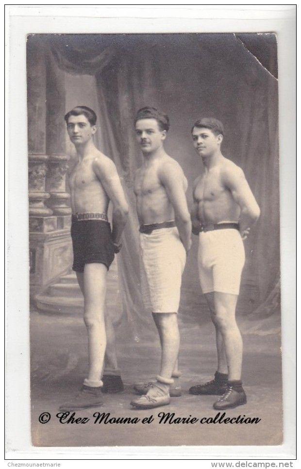 TROIS JEUNES HOMMES EN SHORT DE SPORT - HOMME SPORTIF - TORSE NU - SHORTS - CARTE PHOTO