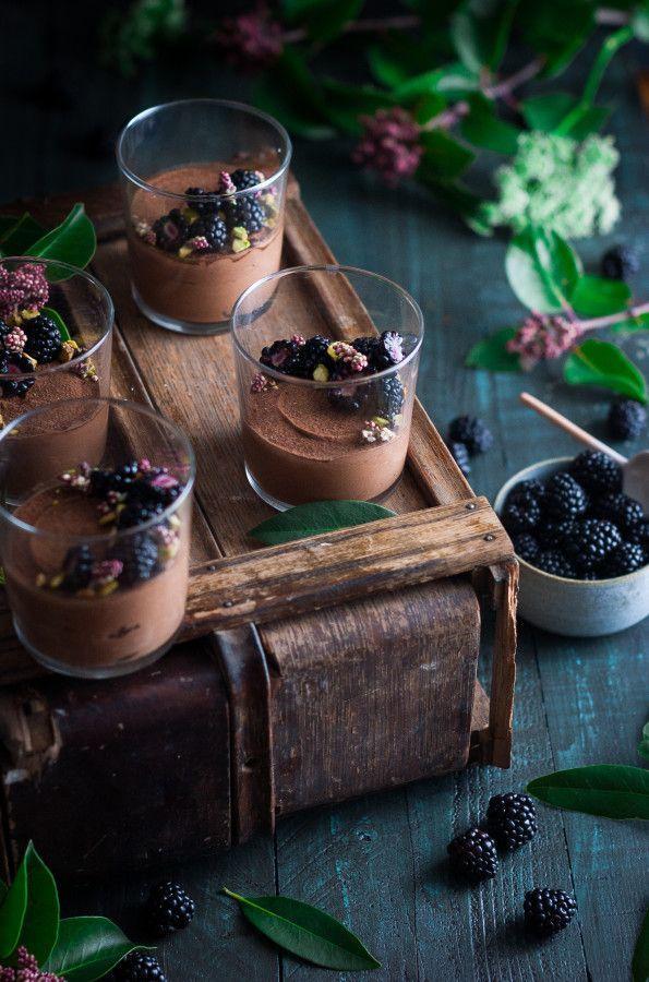 ¾ de taza de anacardos, empapado durante la noche 1 lata de leche de coco (13,5 onzas) de 1 taza de virutas de chocolate (60-70% de cacao) 2 cucharadas de aceite de coco, dividido ⅛ cucharadita de sal del mar 1 cucharadita de vainilla 1 cucharada de jarabe de arce