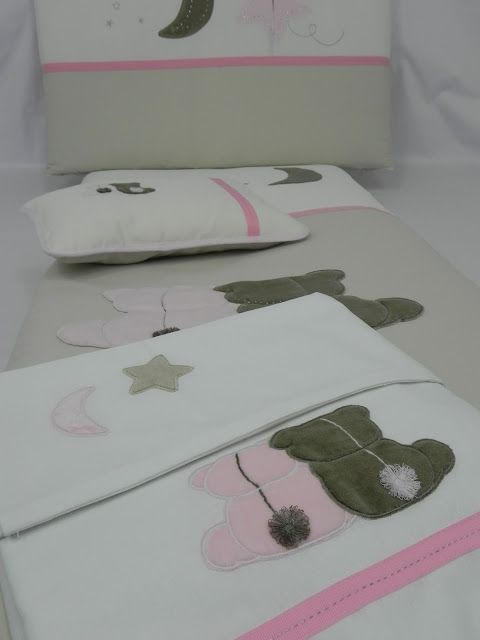 Conjunto de cuna en medida especial de 140x70cm compuesto por funda nórdica, relleno, protector, cojín y sábanas. Las telas en beige y crudo...