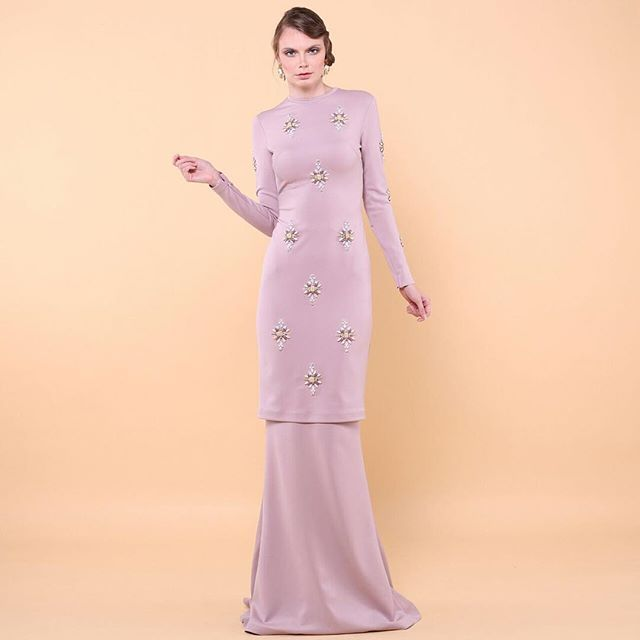 TIANA A classic baju kurung with intricate embellishments detailed. Available made-to-measure only. For inquiries contact us at shoparared@gmail.com or +60172445208. #araredraya2016 #araredexclusive #madetomeasure