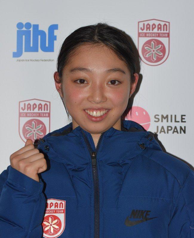 北海道苫小牧市で2月9~12日に行われるアイスホッケー女子の平昌冬季五輪最終予選に臨む日本代表(スマイルジャパン)に、18歳のFW永野元(えのもと)佳乃(カナダ・オンタリオ・ホッケー・アカデミー)が最年少で選ばれた。代表21人中14人が前回ソチ五輪経験者の中、「4年前の予選はテレビの前で見ていた」という新顔は「いい準備をし、いい結果を残したい」と意気込む。