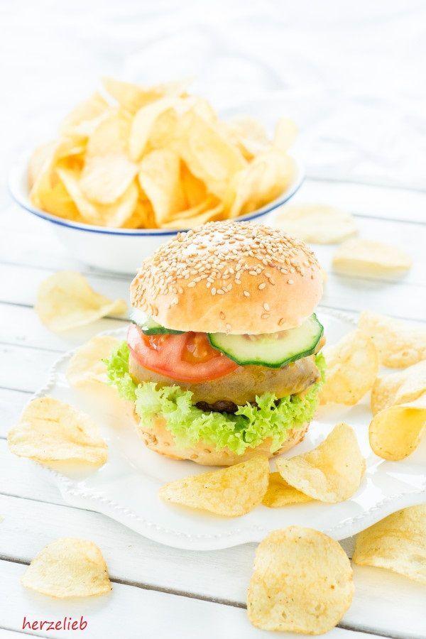 Wintergrillen - Burger und Chips gehören einfach dazu. Ein ganz einfaches Rezept für Burger Buns. Einfach loslegen und genießen! Zum Grillen gibt es leckere Lays Chips Der Beitrag enthält Werbung! Wintergrillen mit Lay`s Chips - Rezept für einen Burger von herzelieb Backen, Bun, Burger, Rezept