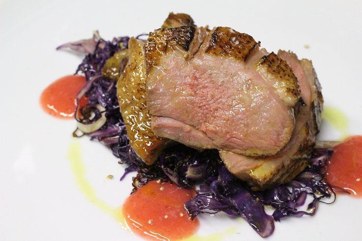 anatra con cappuccio viola e salsa agrodolce di fragole