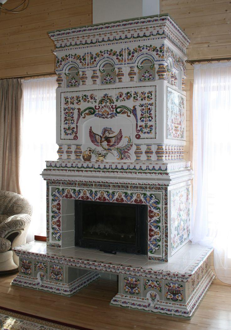 Изразцовый камин украшен центральной аркой с изображением птицы, а так же по кругу можно видеть объемные балясины