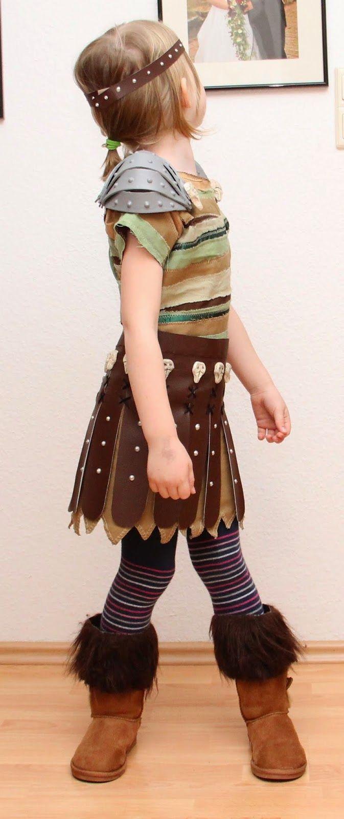 Derzeit läuft es gesundheitlich so lala, aber Astrid muss ja bald fertig sein.  Deshalb wurde weiter am Kostüm gewerkelt.   Die Schuhe sind ...