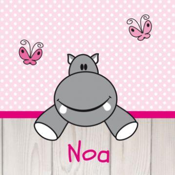 Hip geboortekaartje met vrolijk lachend nijlpaard op roze zigzag achtergrond met wit steigerhout, ideaal voor de geboorte van jouw baby. Je kunt zelf de kleur van de achtergrond nog wijzigen.