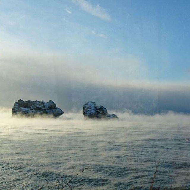 【samanitokyo】さんのInstagramをピンしています。 《この様冬の風物詩、「けあらし」をご存知ですか? 「けあらし」は、気象用語では「蒸気霧」といいます。冷え込みが激しい日に、水面に白く立ち上る霧が湯気のように見える現象なんですよ。もちろん様似町でも冬になると、みることができます⛄️samani🐟 #雪 #北海道旅行 #北海道 #sky #snow #空 #ソラ #海 #太平洋  #아침 #fishing #hokkaido #自然#하늘 #아침#魚 #Japan_Daytime_View #神秘的 #samani #여행 #旅行 #1人旅 #morning #空気がうまい #札幌 から #バス #morn #けあらし》