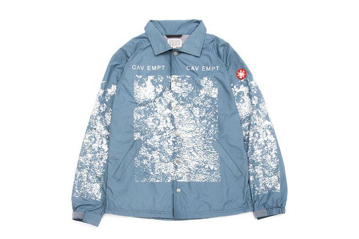 コーチジャケット: 素材にはナイロン、ポリエステルの化繊を使用。袖と身頃にプリントされたグラフィックはリフレクター仕様です。左袖上部にはシリコンパッチ。カラーリングはライトベージュとブルーグレーの2色を展開します。日本製。 品番:1264-599-0386 価格:23,000円(+tax)
