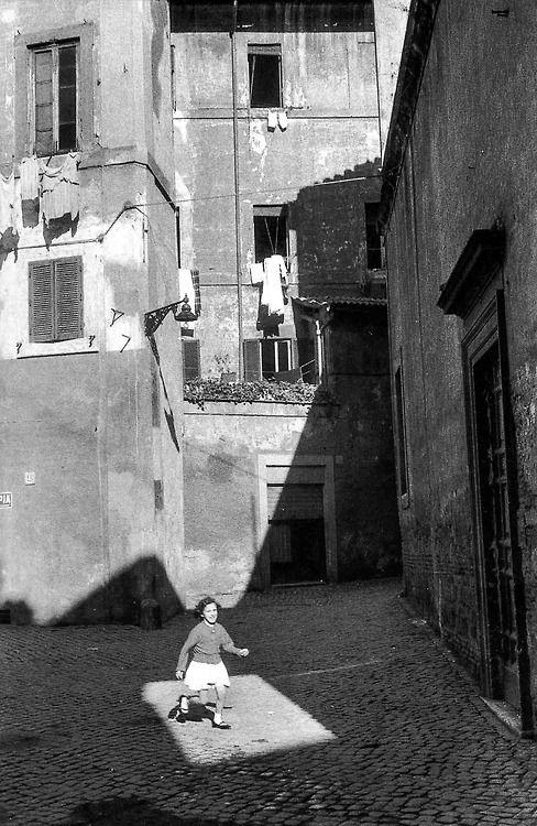 """"""" Entrer dans la lumière..."""" ( Patricia Kaas ) / Roma. / Rome. / Photo by Henri Cartier-Bresson, 1959."""