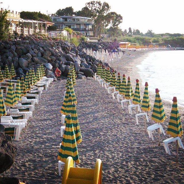 【sachiniyaniya】さんのInstagramをピンしています。 《小さな入り江も大人の雰囲気 バカンスを知っているヨーロッパ さすがだなぁ  #イタリア#シチリア#10年前の写真#懐かしい#夏のヨーロッパ#パラソル#入り江#海#写真好きな人と繋がりたい#ファインダー越しの私の世界#南イタリア#italia#italy#sea#trip#summer#peace#igresjp#instagram#inlet》