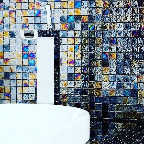 Szklana mozaika to nowoczesne rozwiązanie, dzięki któremu ściana może wyglądać inaczej z każdą zmianą perspektywy lub oświetlenia. Super, co? :) #HOFF #salonhoff #kraków #ilovehoff #łazienka #łazienki #design #wystrojwnetrz #bathroom #bathroomdesign #ceramika #inspiracja #umywalka #bateria #pomysł #wyposażeniewnętrz #płytki #tiles #mozaika #mosaic #wnętrze #łazienka