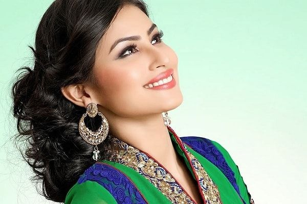 Mouni Roy is a famous Indian actress. She works in small screen TV industry and one of her most prominent role in TV industry had been that of Sati in Devon Ke Dev, Mahadev. Net Worth The net worth of Mouni Roy is not known. Income Source The major source of income for Mouni Roy is acting assignments moreover she earns through certain modeling assignments as well. Real Name: Mouni Roy is the real name of this actress and she is also known by the name of Maanya and Mon Date of Birth: 28…