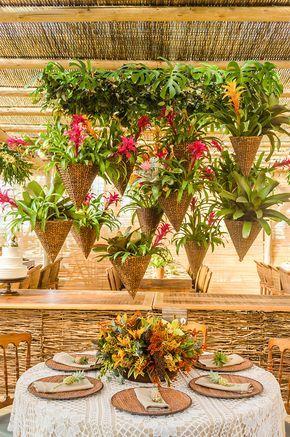 Casamento na praia em Trancoso - decoração rústica e tropical - brasilidade sofisticada com bromélias, flores tropicais, mini abacaxis e cestaria ( Decoração: Katia Ciscuolo da Congrega Bahia )