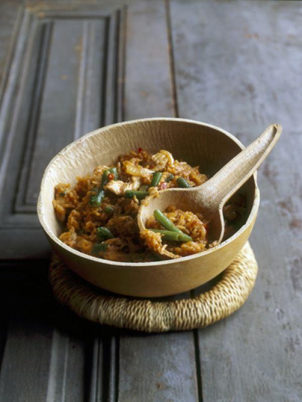 BEREIDINGSnij het kippenvlees in stukjes en bestrooi met peper en zout. Verhit wat olie in een grote pan en bak de kipstukjes sne...