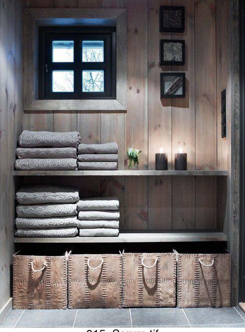 Ihanaa kylpylätunnelmaa saunan pukeutumiskamarissa, jonne on järjestelty pyyhkeet ja korit säilytystä varten. Myös taide sopii saunan pukuhuoneeseen! #Sauna