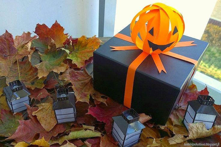 Dress your gift to scary Halloween costume. Korista Halloween-paketti kurpitsalla.