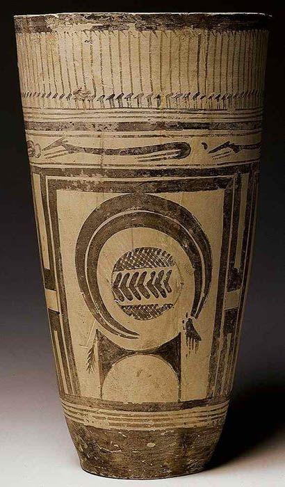 Bicchiere di Susa; fine V millennio a.C., tardo Neolitico (5300-4800 a.C.); ceramica; tomba di Susa, attuale Iran; Musée du Louvre, Parigi. Il bicchiere, trovato in una tomba nel sito archeologico di Susa, presenta figure fortemente stilizzate. L'arte stilizzata è propria del Neolitico e distingue questo periodo dal precedente Paleolitico (2 milioni-12.000 anni fa), le cui opere sono, invece, caratterizzate da naturalismo.