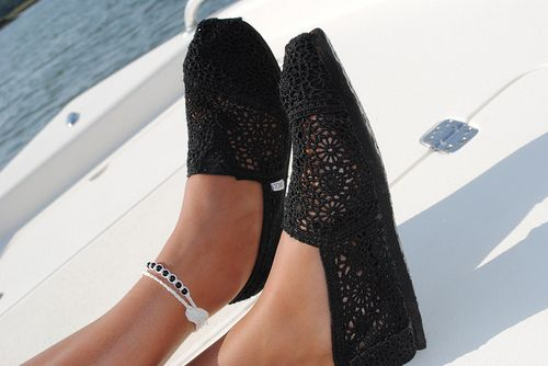 these are so cutee!: Lace Toms, Fashion, Dreams Closet, Toms Outlets, Style, Crochet Toms, Summer Shoes, Black Laces, Toms Shoes