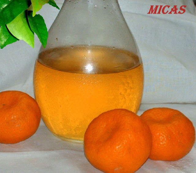 Licor de tangerina Casca de 6 tangerinas - sem a parte branca 350ml de vodka 250g de açúcar 400ml de água  Coloque numa garrafa de boca larga , as cascas de tangerina e a vodka. Tape e deixe em infusão por 8 dias; agitando a garrafa todos os dias. Passado esse tempo, retire as cascas da tangerina. Leve ao lume a água com o açúcar. Deixe ferver 5 ou 6 minutos. Retire e deixe arrefecer. Junte a calda de açúcar á vodka, coe o licor através de um filtro de café ou de um pano fino e transfira
