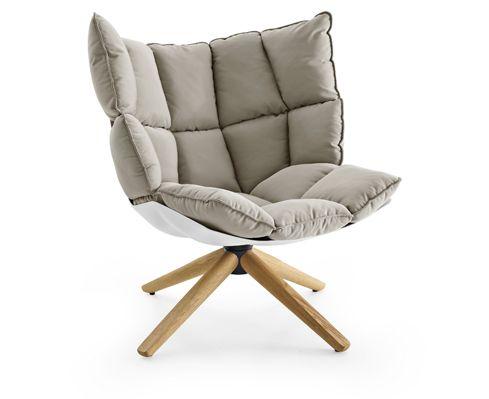 Visuellement le fauteuil Husk de Patricia Urquiola titille les papilles avec ses gros coussins qui font penser aux carrés d'