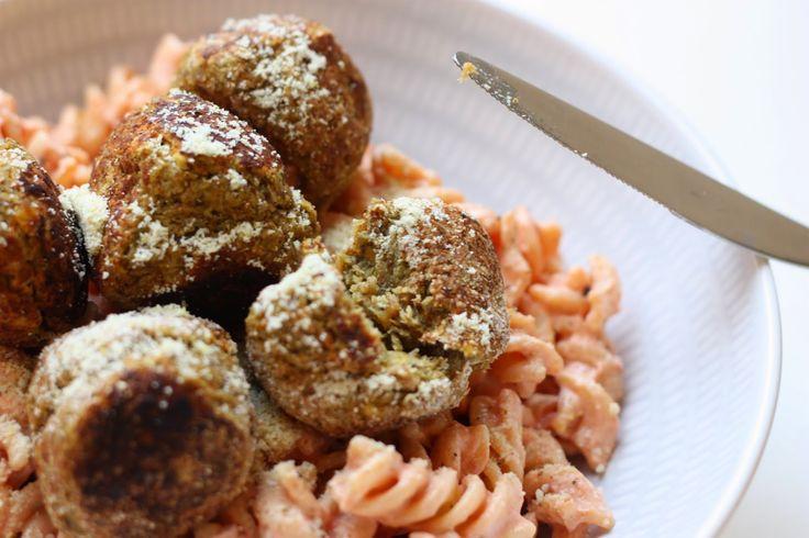 BOULETTES DE LEGUMES VEGAN x13 300g de lentilles vertes cuites (non salées) 1 échalote 1 oignon 1 cas d'huile d'olive 2 cas de graines de lin moulues 1 petite carotte râpée (60g) 1 cc de sel fin Poivre / piment