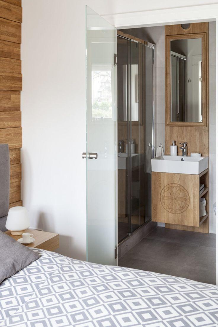 Sypialnia z sąsiadującą toaletą to niezwykle praktyczne i funkcjonalne rozwiązanie. Pozwala na zachowanie intymności i komfortu w użytkowaniu.Foto Marcin Czechowicz; Stylizacja Marynia Moś #styl #zakopiański #bathroom #furniture #meble #jacektryc #cubeo #bedroom #zakopane #podhale #ludowy #folk #szafka